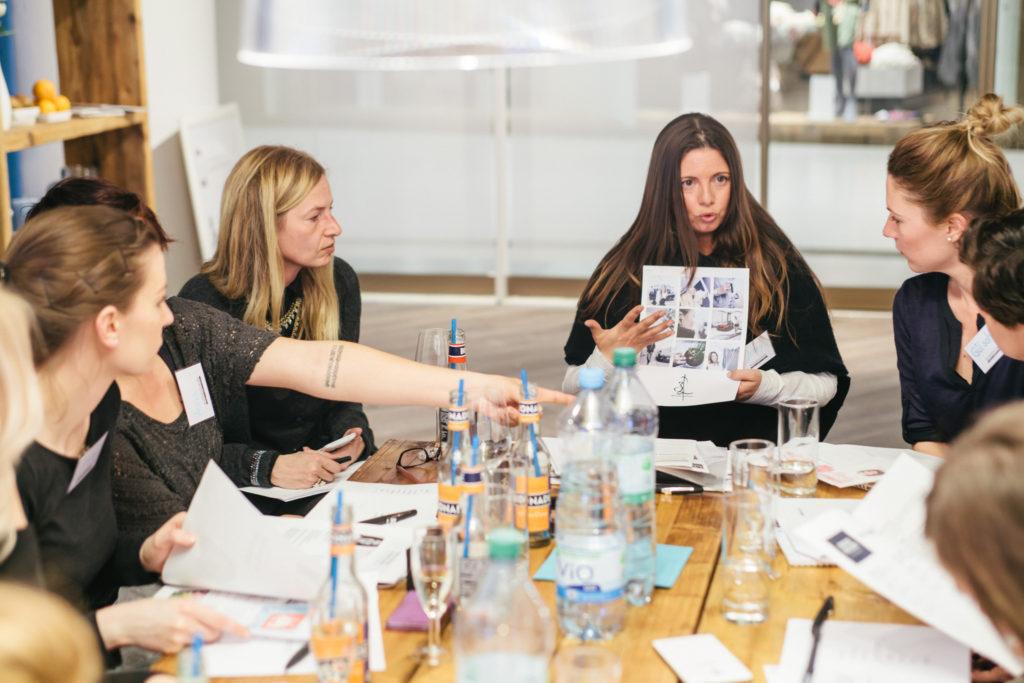 Jennifer Gross beim Erklären - Foto: HP
